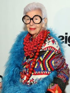 L'icona di stile Iris Apfel adora i contrasti di colori e stoffa